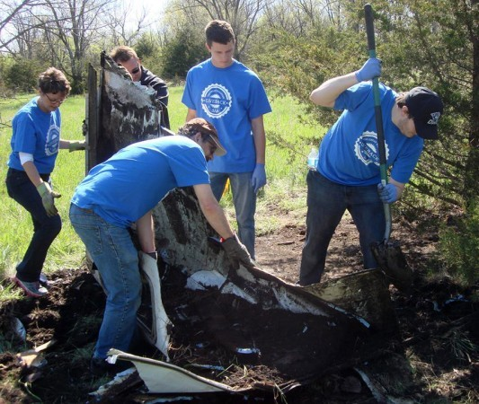 DWU students and faculty help clean up trash by Lake Mitchell for the 2016 Great Wesleyan Giveback.